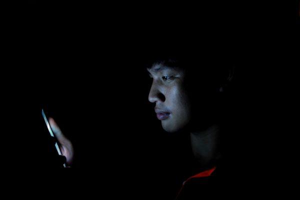 Màn hình điện tử phát ra ánh sáng xanh gây hại cho mắt