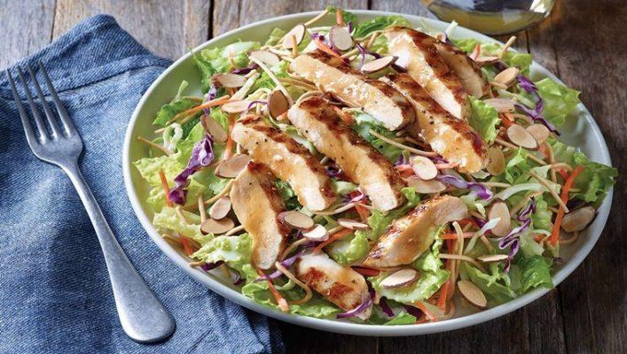 Salad gà sẽ là gợi ý tuyệt vời cho trưa ngày thứ 6