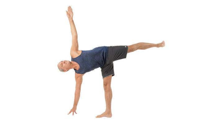 Trong tư thế nửa mặt trăng, người tập cần chú ý đến trục thẳng được tạo bởi chân giơ cao, hông và lưng.