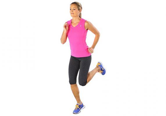Đá gót chạm mông để khởi động các nhóm cơ phần thân dưới