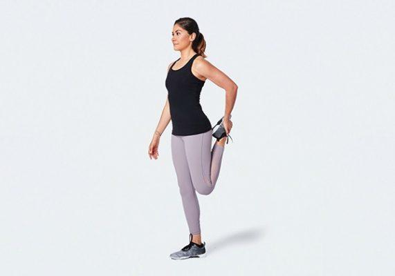 Giãn đùi trước hiệu quả bằng cách ép gót chân vào mông